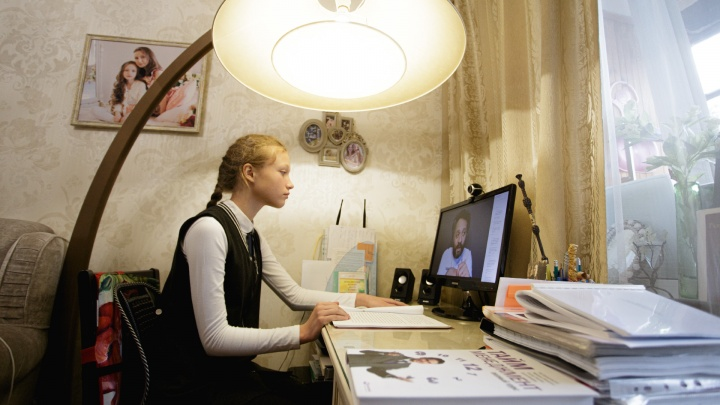 «Встаёт она во столько, во сколько встаёт»: челябинская школьница уже восемь лет учится на дистанте