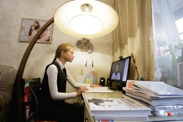 Маша с первого класса обучается на дому