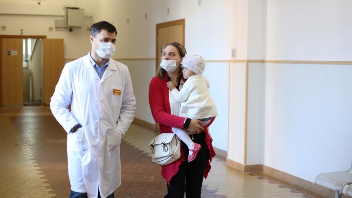 История невероятного спасения. Двухлетняя Арина выжила после падения с пятого этажа — и уже вовсю бегает