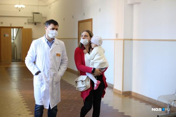 Врач Ростислав Заблоцкий, двухлетняя Арина и её мама Юлия Колыганова
