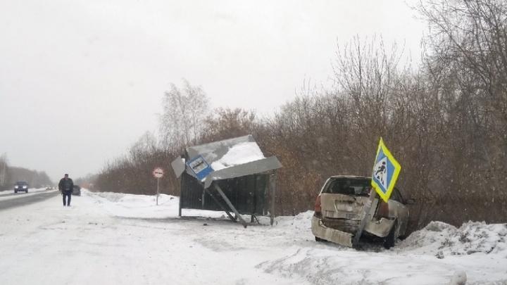 В Омске водитель «Тойоты» снёс остановку на Сыропятском тракте