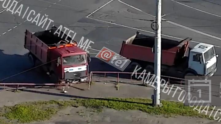 В Рыбинске грузовик без водителя снёс забор и вылетел на тротуар