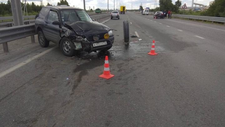Из-за отпавшего колеса на объездной в Тюмени столкнулись две машины