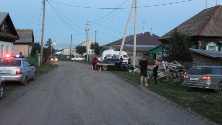 В Кузбассе легковушка влетела в опору ЛЭП, пострадали 4 человека