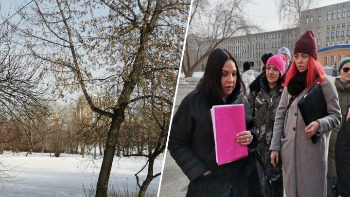 Активисты и прокуратура нагрянули в УрГУПС из-за вырубки деревьев в парке. Там построят бассейн