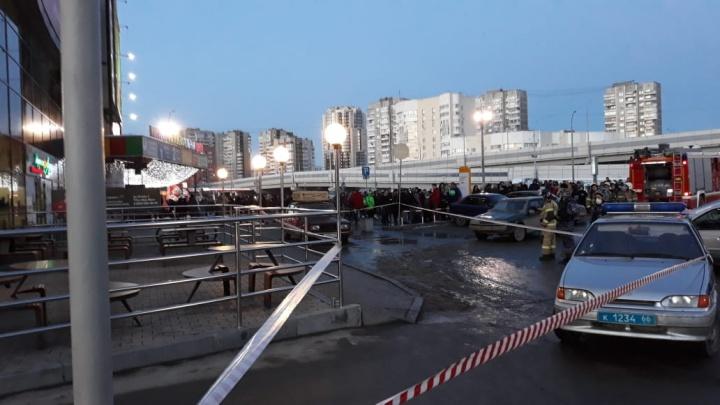 Полицейские оцепили территорию: из ТРЦ «ФанФан» эвакуировали людей