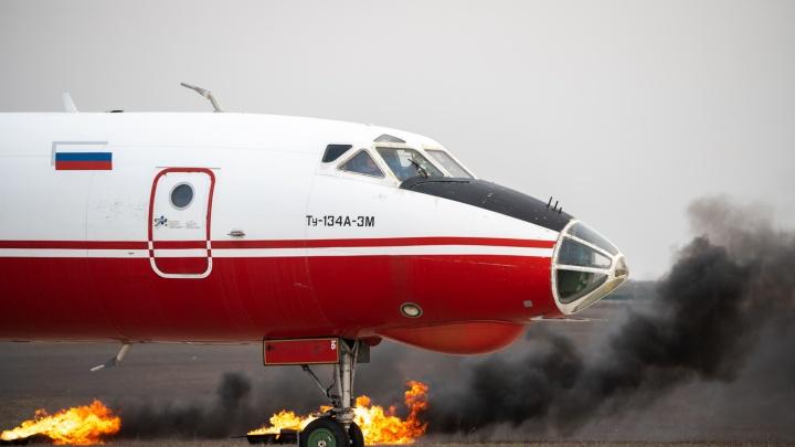 Тушили горящий самолет и спасали раненых: фоторепортаж с учений аварийной команды Платова