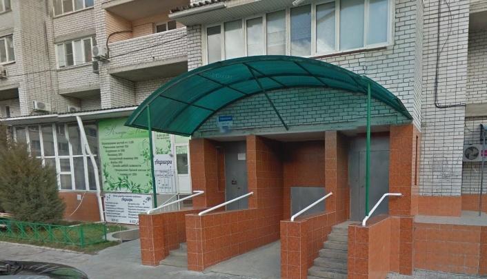 «Кашляют, как коронавирусные»: строители нового госпиталя заняли хостел в жилом доме
