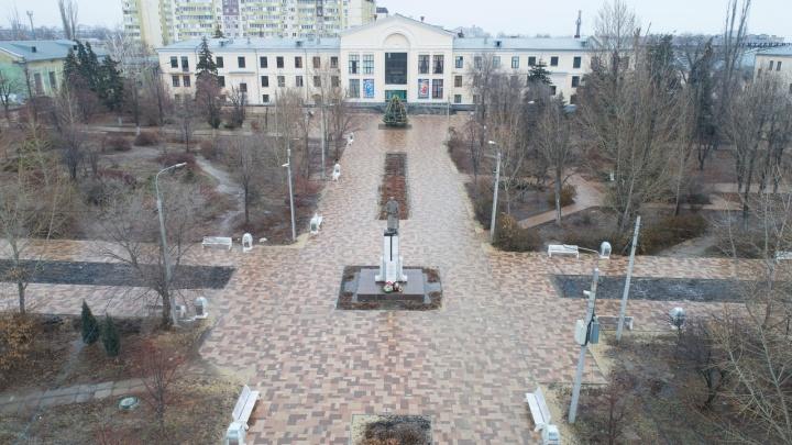 В Волгограде на переходе к парку Гагарина монтируют светофор