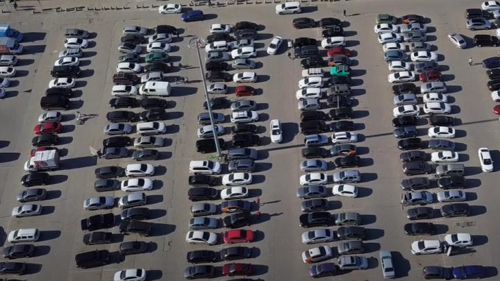 «Слишком много людей»: самарский блогер снял на видео, что происходит на парковке около «Космопорта»