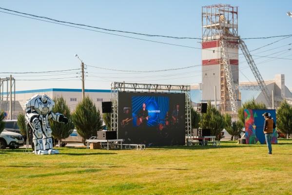Праздничный концерт прошел в интернете и навидеопанелях на промплощадке Гремячинского ГОКа