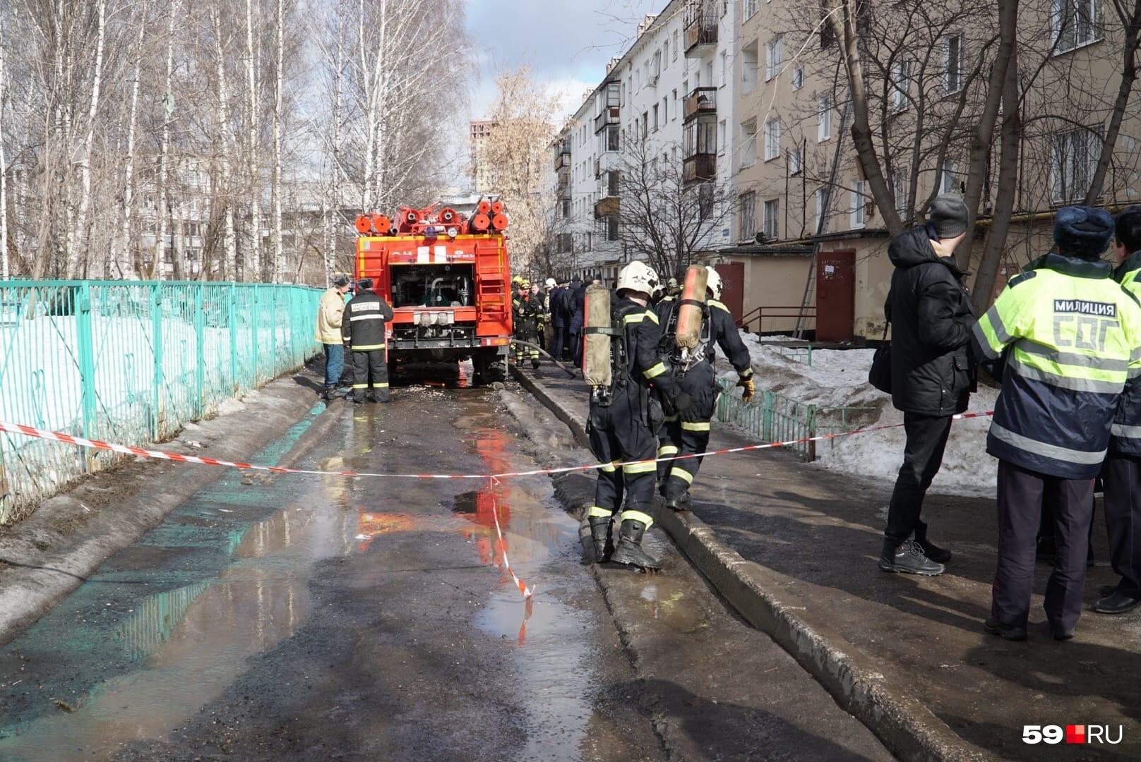 У дома очень много пожарных