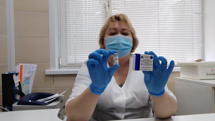 Врачей «красной» зоны в Красноярске начали прививать от коронавируса