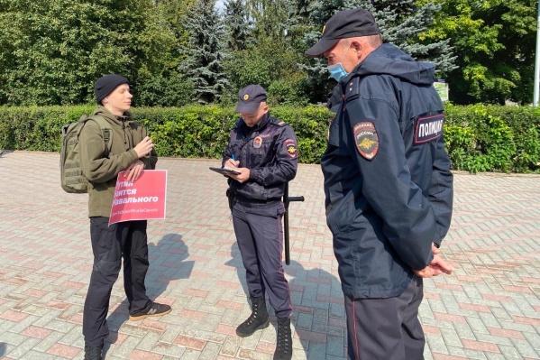 Акции проходят второй день в связи с тем, что Алексей Навальный попал в больницу в Омске с признаками отравления