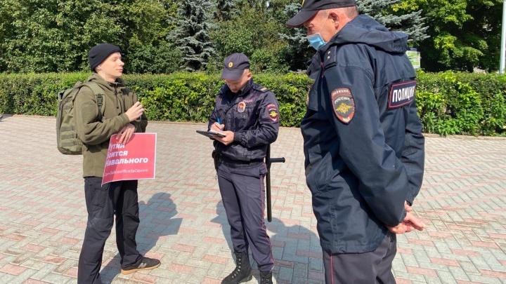 В Тюмени сторонники Навального провели серию одиночных пикетов