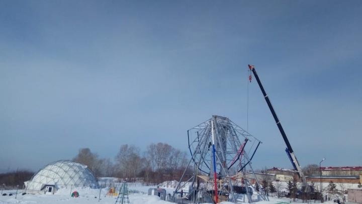 Рядом с новосибирским планетарием начали разбирать колесо обозрения