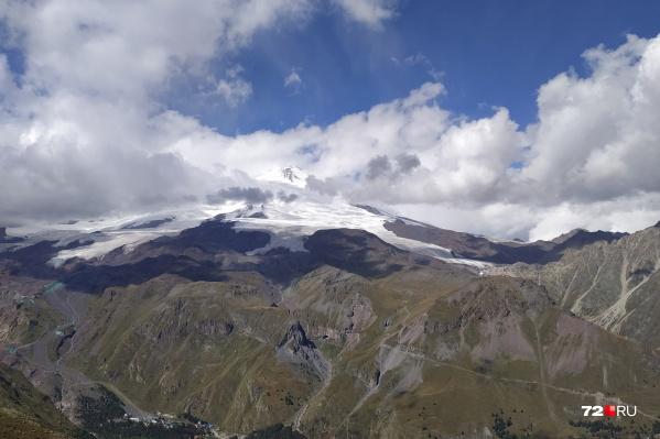 Гора Эльбрус — высочайшая вершина России. Она находится на Северном Кавказе. Это вид на Эльбрус издалека