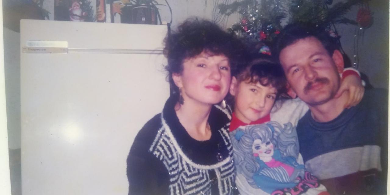 На этом фото — журналист НГС Ксения Лысенко со своими родителями. Вы только зацените модное платье с надписью «Барби» и люрексовый шик на маме!<br>
