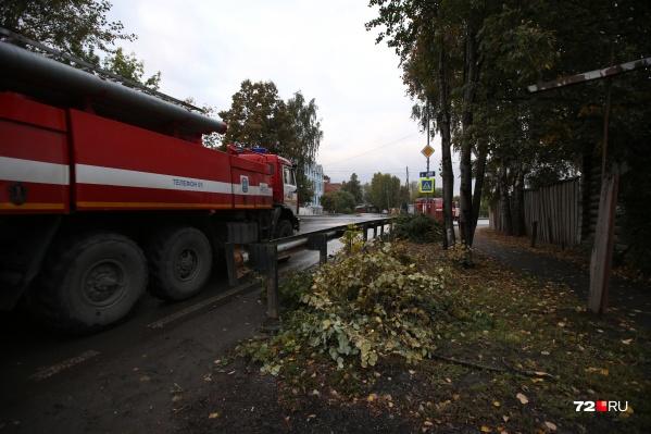 Пожарные успели потушить горящую машину, но огонь все равно повредил кабину