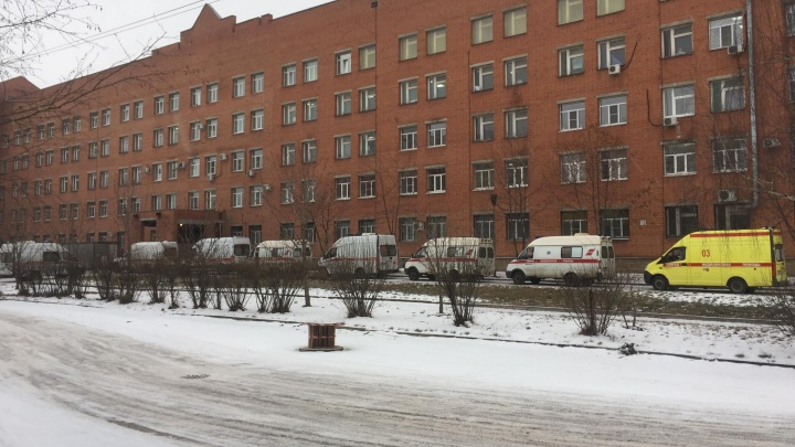 «В крайне тяжелом состоянии»: у COVID-госпиталя в Ярославле выстроилась очередь из скорых