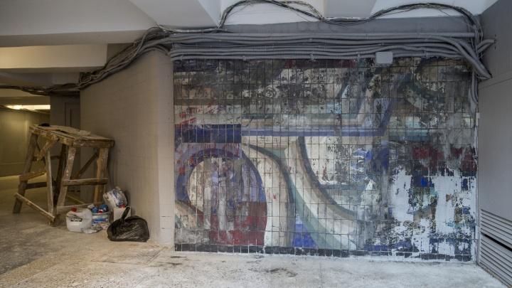 «У нас всегда так. Одни красят, другие сдирают»: в Волгограде оттирают закрашенную мозаику известного архитектора