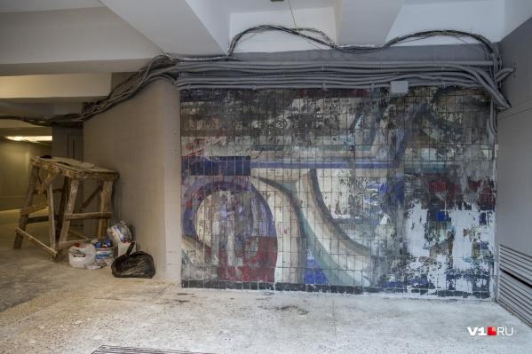 Краска с панно Петра Чаплыгина оттирается не с первой попытки
