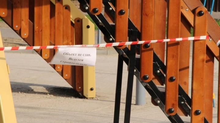 Детскую площадку на Бору, где ребенок сломал руку, отгородили от посетителей ленточками