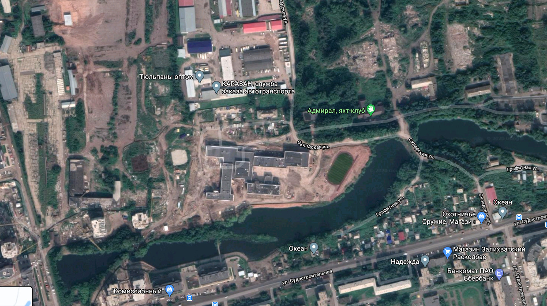 Сейчас школа окружена промзоной, складами, стройплощадкой и озером