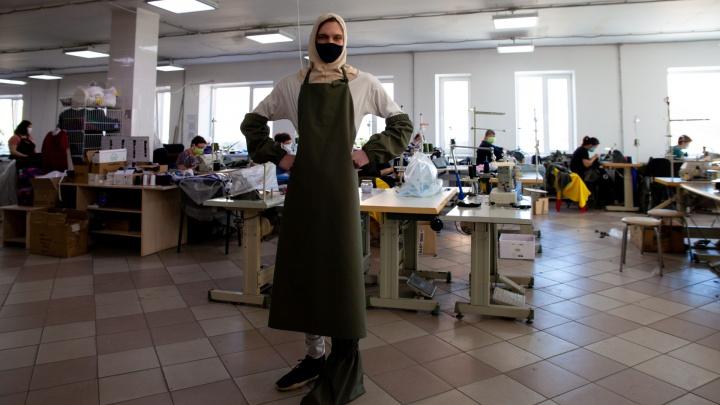 «Это не про деньги»: тюменская компания шьет защитные костюмы по госзаказу из-за коронавируса. Как?