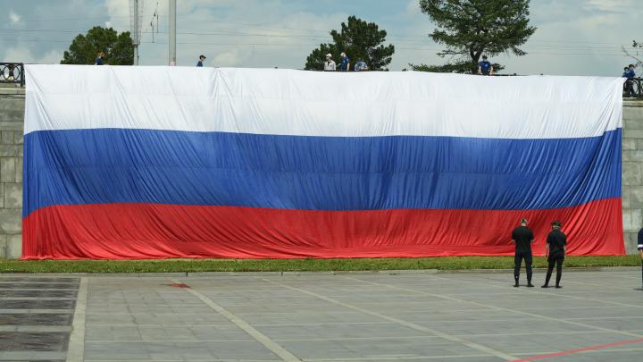 На Плотинке повесили огромный флаг России. Фоторепортаж из праздничного Екатеринбурга