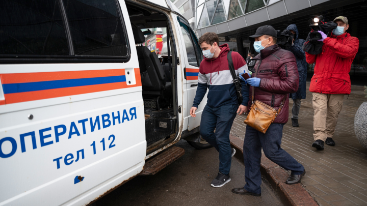 «Одни — беседуют, другие — штрафуют»: смотрим, как в Волгограде ловят нарушителей масочного режима