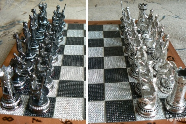 Фигуры в этом наборе выполнены из серебра и украшены фианитами