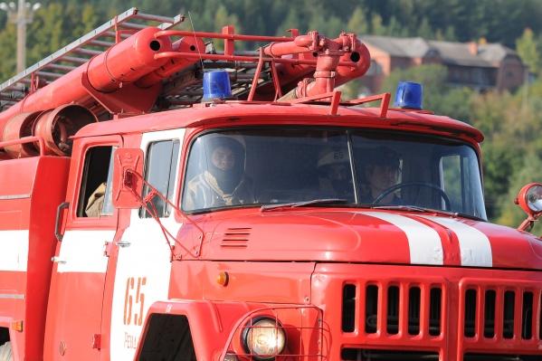На месте работает спасательная техника