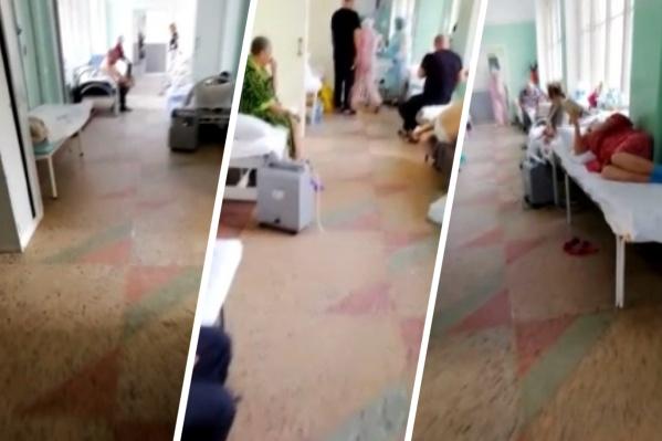 Видео снято 9 ноября в отделении, где лежат коронавирусные пациенты. Больных так много, что мест в палатах катастрофически не хватает