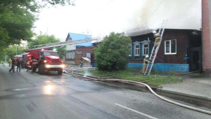 Дверь облили горючим: на Уктусе дважды за ночь подожгли дом со спавшими внутри людьми