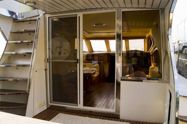 У яхты два пункта управления: ещё один — наверху