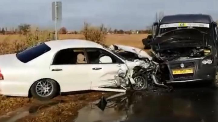 В страшной аварии с маршруткой и автобусом в Волжском ранены четыре женщины
