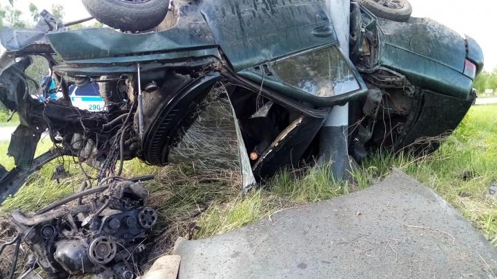 В Зауралье водитель без прав погиб, врезавшись в опору дорожного знака