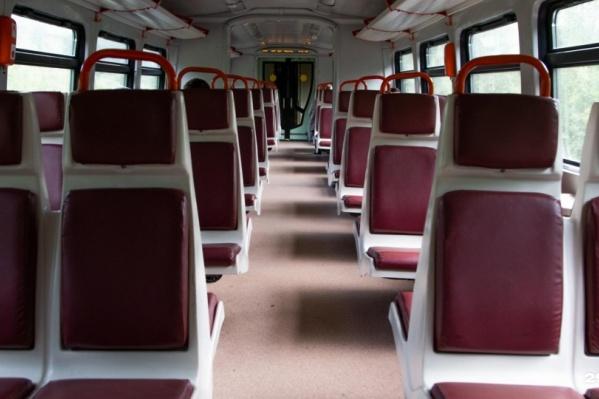 Автобусы, которые уже запущены между Архангельском и Северодвинском, внутри выглядят так — очень похоже на электричку<br>