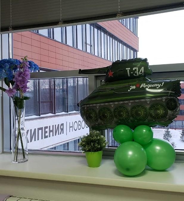 Офис украсили праздничными атрибутами