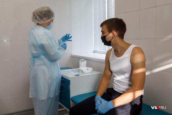 Перед прививкой добровольцев осмотрел терапевт