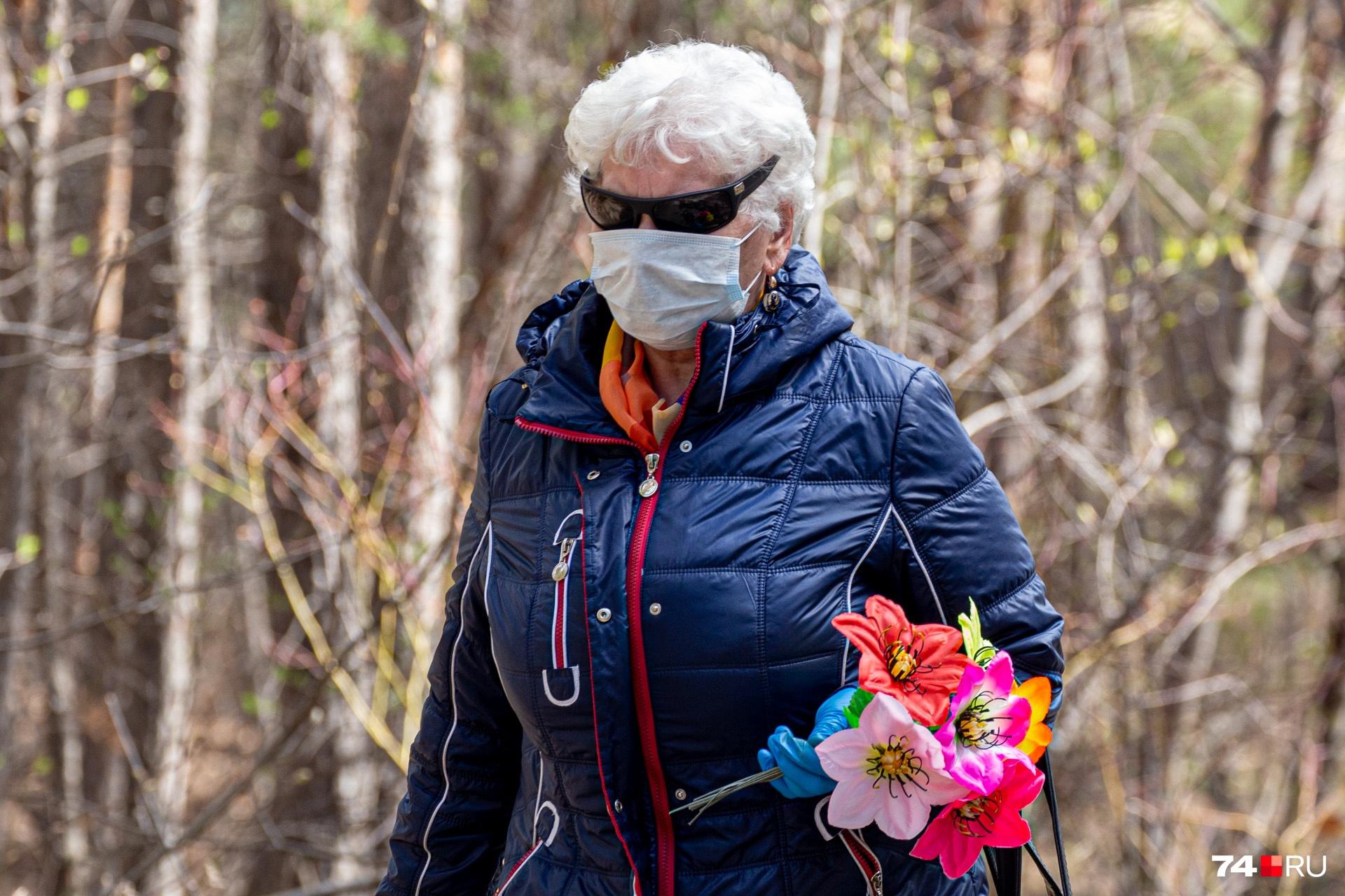 Видимо, челябинцам в очках и масках не страшен никакой коронавирус. Родительский день ведь