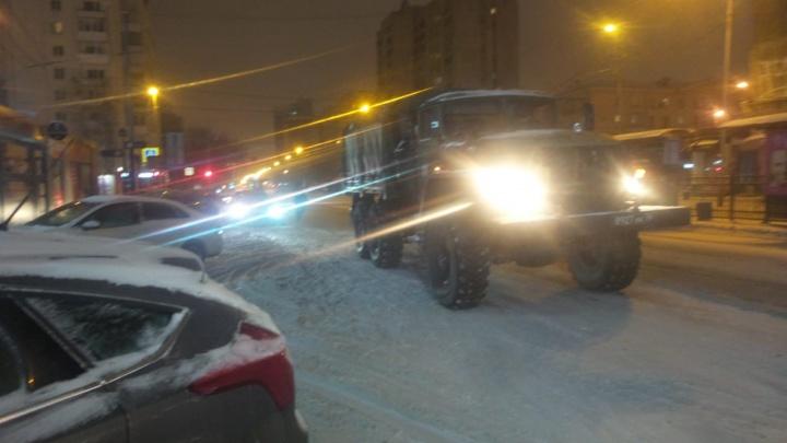 У «Дома кино» грузовик с военными в кузове попал в ДТП