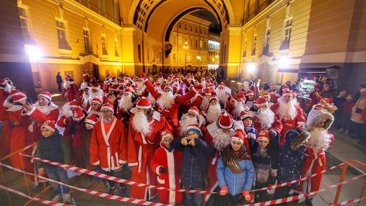 Власти Петербурга попросили туристов не приезжать на Новый год. В городе закроют музеи и кафе