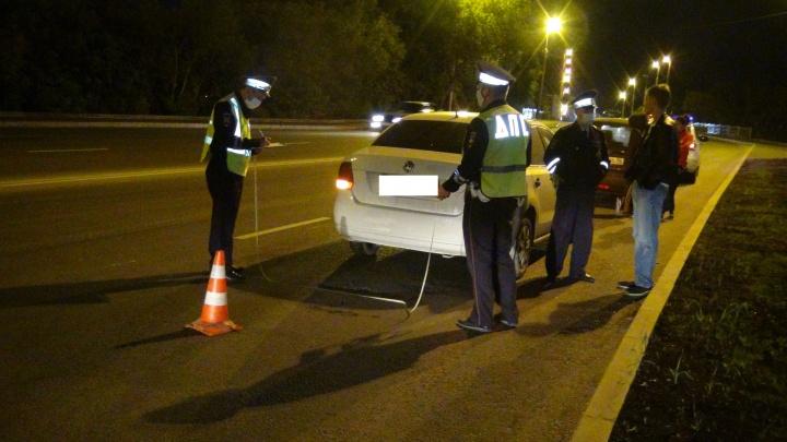 Торопилась перейти дорогу: в Екатеринбурге Volkswagen сбил 16-летнюю девушку