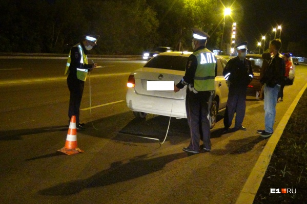 ВодительVolkswagen пытался затормозить перед внезапно выбежавшей на проезжую часть девушкой, но не успел