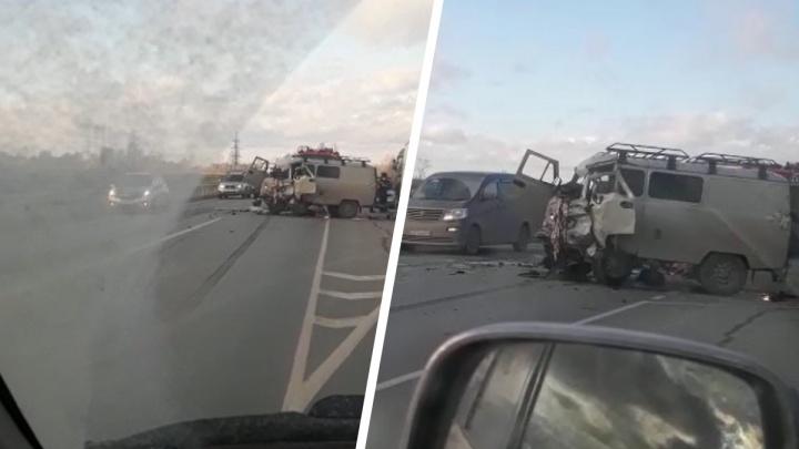 «Буханку» серьезно помяло в столкновении у новосибирской ТЭЦ-6 — видео с места ДТП