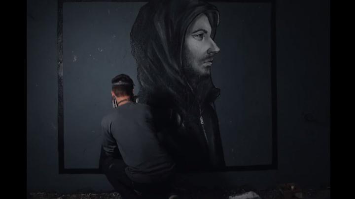 «Почему мы ждём идеальную жертву?»: Nomerz создал инсталляцию на тему расизма и снял про это клип