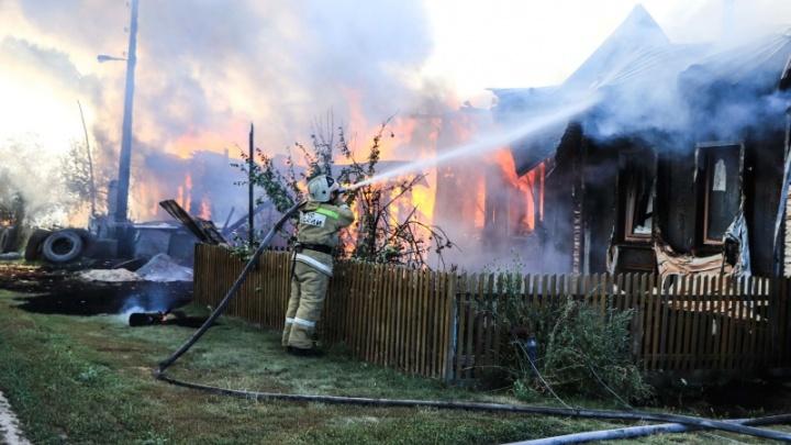 В Кетовском районе сгорели несколько жилых домов