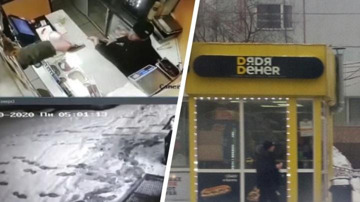 Новосибирец с пистолетом ворвался в кафе «Дядя Дёнер»: разбой попал на видео